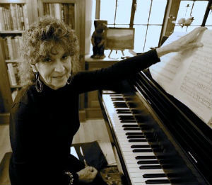 Elke Hirsh at the piano